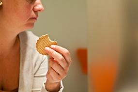 consumidora_comiendo_galleta_g