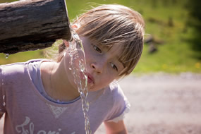 niña_bebiendo_agua_g