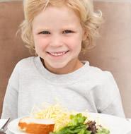 niña_sonriente_con plato_ensalada_g