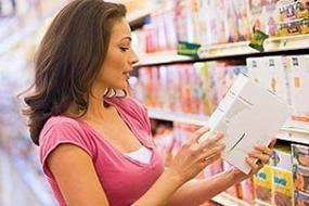 mujer_comprando_y_mirando_etiqueta_g