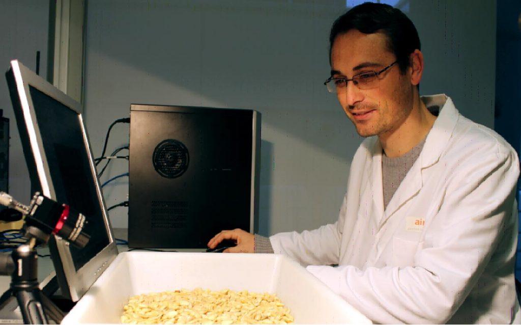 Microcámara hiperespectral midiendo ingredientes alimentarios